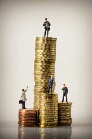 figura humana: La gente de negocios y las pilas de monedas euro. foto macro