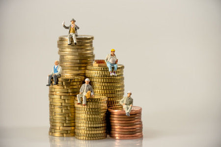 Trabajadores de la construcción se sientan en pilas de monedas de dinero. foto macro