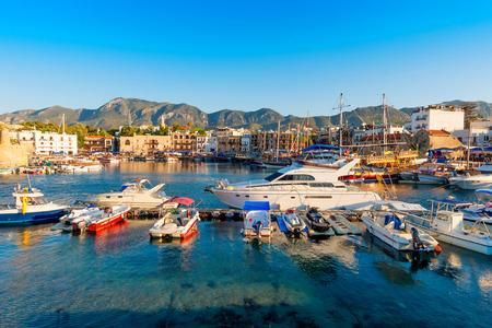 背景に城とキレニア ギルネ港。キプロス。 写真素材