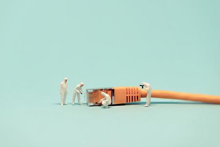 figura humana: Especialistas con cable de red. foto macro