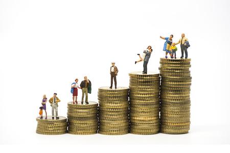 Faily Budget-Konzept. Miniatur-Familie auf Münzen Haufen. Makro-Foto