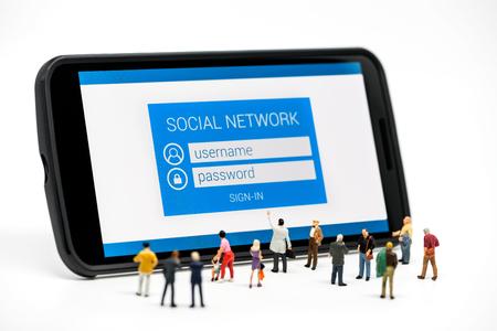 소셜 네트워크에서보고하는 사람들의 그룹에 스마트 폰 페이지에 로그인합니다. 매크로 사진 스톡 콘텐츠