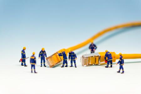 RJ45 ネットワーク ケーブルと技術者のチーム。マクロ写真