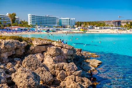 Ayia Napa, Cipro - 04 aprile, 2016: Giornata di sole sulla spiaggia di Nissi in Aiya Napa, Cipro. Editoriali