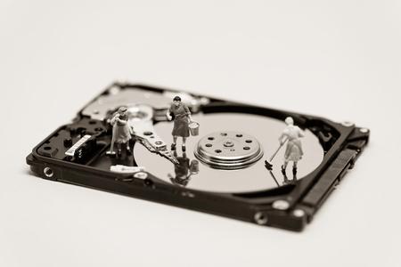 disco duro: Mujeres limpiar un disco duro. Concepto de la tecnología. foto macro.