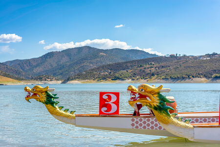 ドラゴン ボート - アジアの伝統的なロングボートの船首。 写真素材
