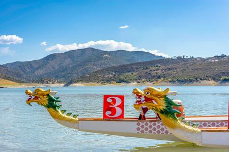 bateau de course: Proue de Dragon Boat - longboat traditionnelle asiatique.