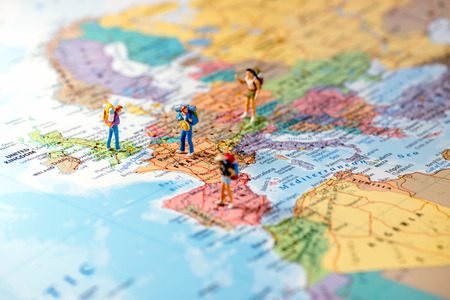 Miniatuurvrienden die euro reis plannen. Macro foto.