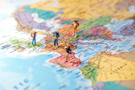 Miniatuurvrienden die euro reis plannen. Macro foto. Stockfoto - 60805854