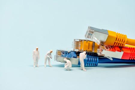 Technici met veelkleurige netwerkkabels. Stockfoto