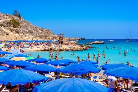 プロタラス、キプロス - 2016 年 8 月 18 日: 人リラックスしてコノス ビーチで日光浴