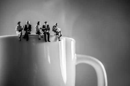 socializando: Equipo de negocios pausa para el café. La discusión y el concepto de hablar. Foto de archivo