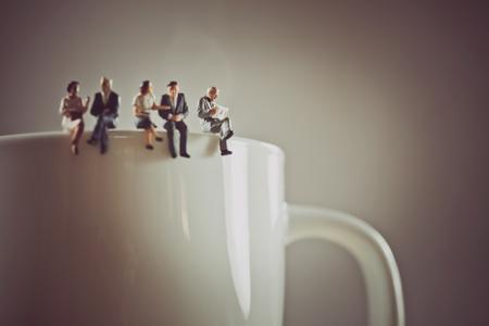 Kantoormedewerkers hebben een koffiepauze. Stockfoto