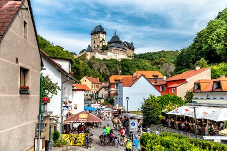 KARLSTEJN, TSCHECHISCHE REPUBLIK - SEPTEMBER 03, 2016: Restaurants und Souvenirläden an der Hauptstraße zum Schloss Karlstejn. Karlstejn Dorf, Mittelböhmen, Tschechien.