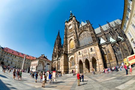PRAG, TSCHECHISCHE REPUBLIK - SEPTEMBER 07, 2016: Menschen am St. Vitus-Kathedrale im Prager Schloss-Komplex.