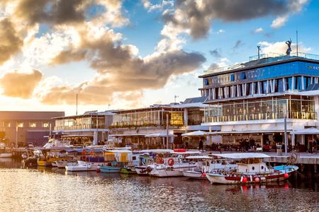 ZYPERN, LIMASSOL - 29. DEZEMBER 2016: Limassol Old Port bei Sonnenuntergang.