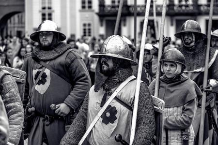 PRAG, TSCHECHISCHE REPUBLIK - SEPTEMBER 04, 2016: Gepanzerte Ritter führen den Marsch von Karl IV. Zur Wiederaufnahme der Krönung von Karl IV. In der Prager Burg.