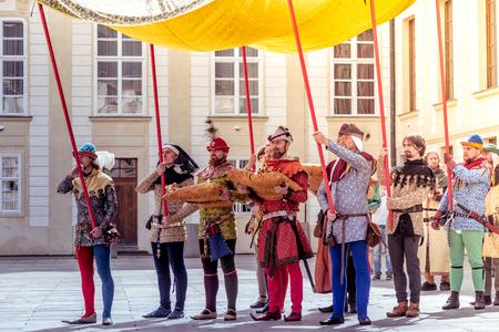 PRAG, TSCHECHISCHE REPUBLIK - SEPTEMBER 04, 2016: Das goldene Zepter tragen. Wiederaufnahme der Krönung von Karl IV. In der Prager Burg.