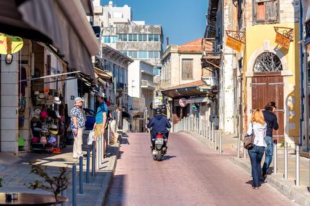 LIMASSOL, ZYPERN - APRIL 01, 2016: Geschäfte und Cafe auf Agiou Andreou Straße in der Altstadt von Limassol. Editorial