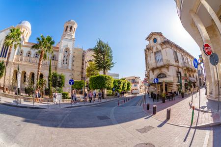 LIMASSOL, ZYPERN - 18. MÄRZ 2016: Touristen, die die Altstadt von Limassol erkunden. Zypern. Editorial