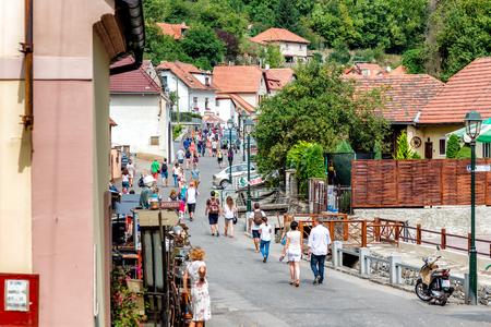 KARLSTEJN, TSCHECHISCHE REPUBLIK - SEPTEMBER 03, 2016: Hauptplatzstraße, die zum Schloss Karlstejn führt. Karlstejn Dorf, Mittelböhmen, Tschechien.