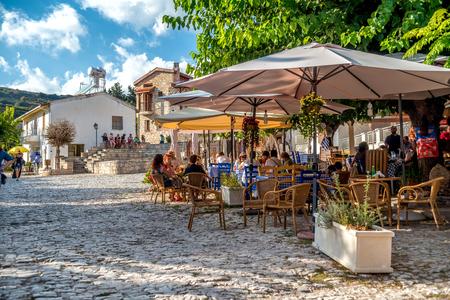 OMODOS, ZYPERN - OKTOBER 04, 2015: Die Leute sitzen in einem draußen Café im Dorf Omodos, Bezirk Limassol