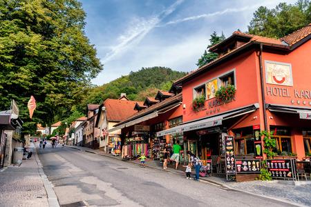 KARLSTEJN, TSCHECHISCHE REPUBLIK - SEPTEMBER 03, 2016: Geschäfte und Restaurants entlang der Hauptstraße, die zum Schloss Karlstejn führt.