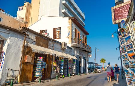LARNACA, ZYPERN - AUGUST 27, 2016: Larnaca Altstadt, Fußgängerzone und Souvenirläden
