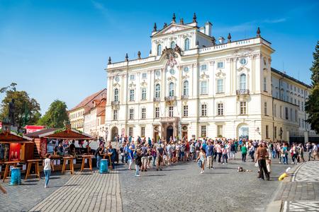 PRAG, TSCHECHISCHE REPUBLIK - SEPTEMBER 07, 2016: Hradcany Platz und römisch-katholische Erzdiözese von Prag. Editorial