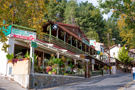 PLATRES, ZYPERN - 28. OKTOBER 2016: Cafes und Restaurants auf der Hauptstraße des Dorfes. Limassol Bezirk.