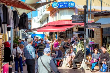 NICOSIA, ZYPERN - 24. MÄRZ 2017: Touristisches Schild in der Nähe von Lokmaci  Ledra Grenzübergang