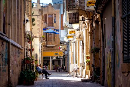 NICOSIA, ZYPERN - 24. MÄRZ 2017: Blick durch die Sokratous Straße und die Kreuzung mit Ledra Straße in der Altstadt von Nikosia