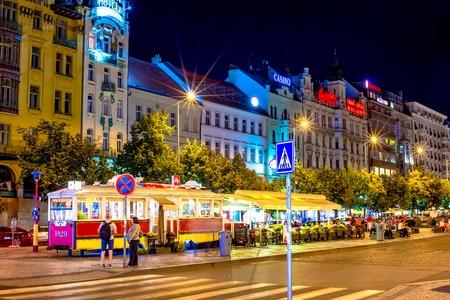 PRAG, TSCHECHISCHE REPUBLIK - SEPTEMBER 01, 2016: Wenzelsplatz in der Nacht, pensionierter Straßenbahnwagen in ein Café umgewandelt