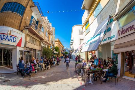 NICOSIA, ZYPERN - 13. APRIL 2015: Menschen, Seitenrundrestaurants und Cafes auf der Onasagorou-Straße. Editorial