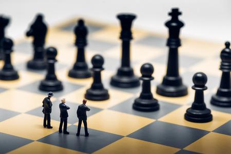 Geschäftsleute auf einem Schachbrett. Business-Strategie-Konzept.