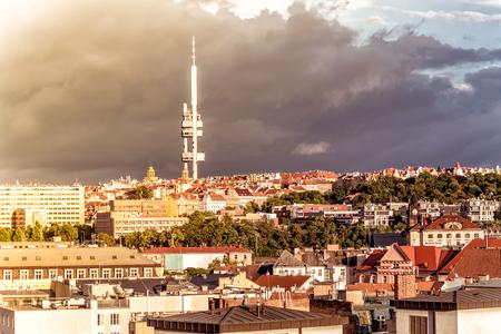 Prager Skyline mit Zizkov Fernsehturm. Tschechien.