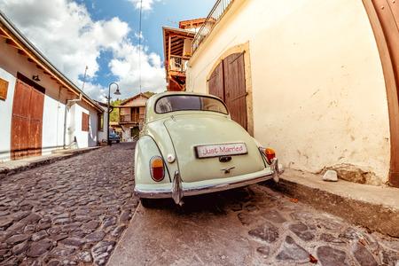 Vintage Hochzeit Auto warten auf Dorf Straße