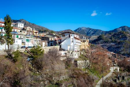Blick über das Dorf Agros und die Troodosmountain. Limassol Bezirk, Zypern.