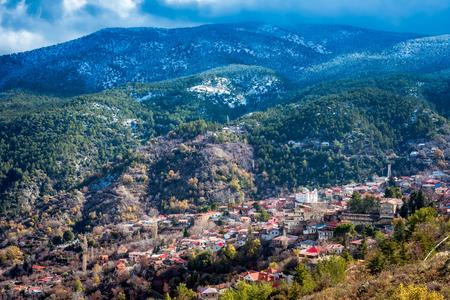 Blick auf schneebedeckte Berge hinter dem Dorf Pedoulas. Nicosia Bezirk.