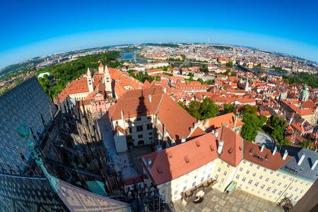 Panoramablick auf das historische Zentrum von Prag vom Südturm der St. Vitus Kathedrale. Prag, Tschechische Republik