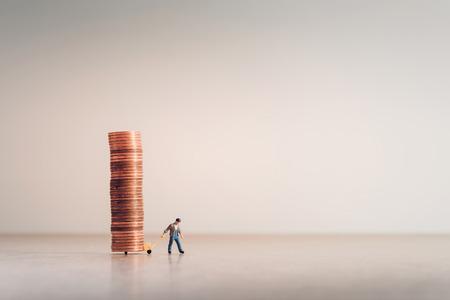 Arbeiter mit Handwagen voller Münzen