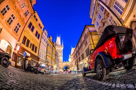 Nachts auf der Celetna-Straße, die nach Prasna brana (Powerturm) in Prag, Tschechien führt