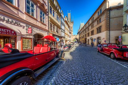 PRAG, TSCHECHISCHE REPUBLIK - 18. MAI 2017: Retro-angeredete Besichtigungsausflugautos, Mostecka-Straße, Mala Strana-Bezirk. Editorial