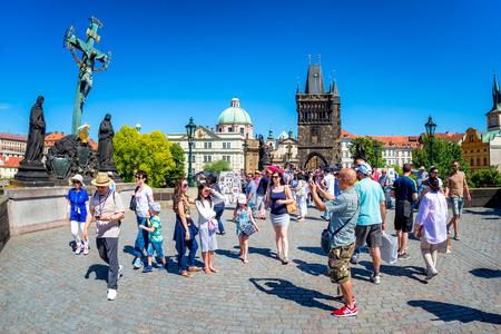 PRAG, TSCHECHISCHE REPUBLIK - 28. MAI 2017: Kreuzigungsstatue und -leute, die bei Charles Bridge gehen. Editorial