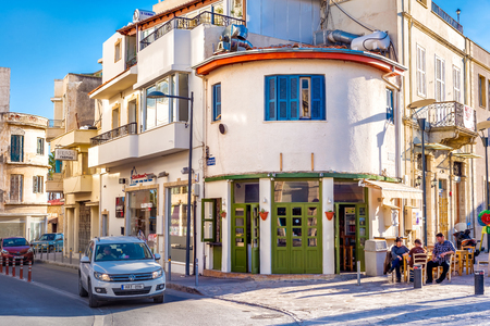 LIMASSOL, ZYPERN - 18. FEBRUAR 2017: Commandarias Straße in alter Stadt Limassols. Editorial