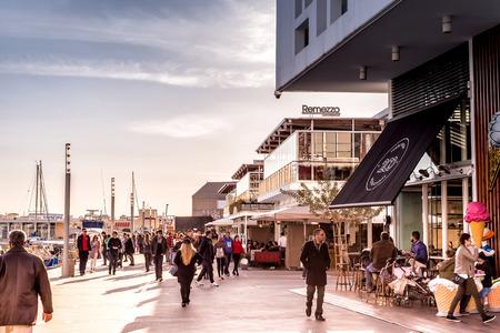 LIMASSOL, ZYPERN - 18. FEBRUAR 2017: Leute heraus für einen Spaziergang entlang der Promenade. Limassol Marina.