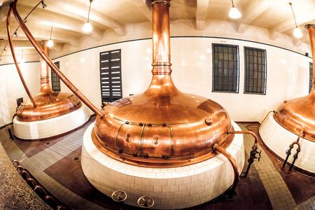 PILSEN (PLZEN), TSCHECHISCHE REPUBLIK - 22. MAI 2017: Kupferbrennstofftanks in der alten Brauerei in Brauerei Pilsner Urquell