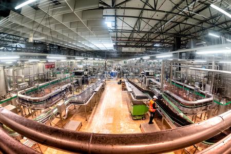 PILSEN (PLZEN), TSCHECHISCHE REPUBLIK - 22. MAI 2017: Innenraum der Bierabfüllanlage PIlsner Urquell Editorial