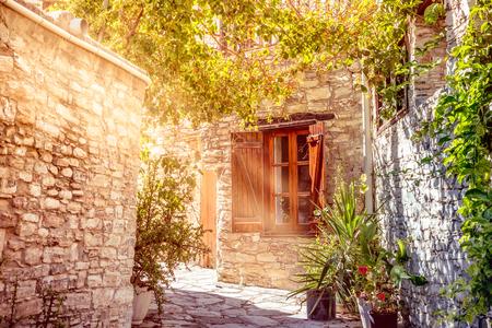 창문을 통해 빛나는 햇빛. 카토 Lefkara 마을. 키프로스 라르 나카 지구.