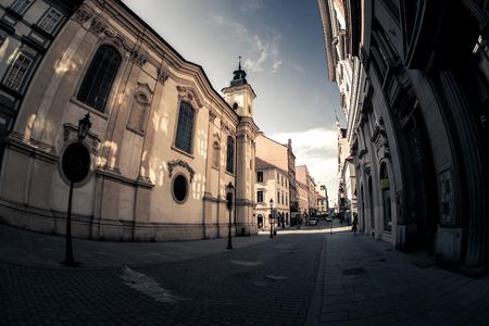 Szenische schmale Pflasterstraße mit historischen Gebäuden in einer alten Stadt von Pilsen (Pilsen). Tschechien. Editorial